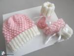 Bonnet et chaussons rose-ecru, tricotés main, laine calinou