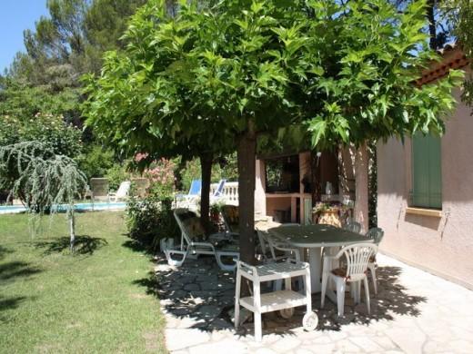 Un art de vivre en provence : piscine, terrasse ombragée, étang ...